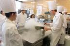 EHL教师在厨房进行molecular cuisine的展示